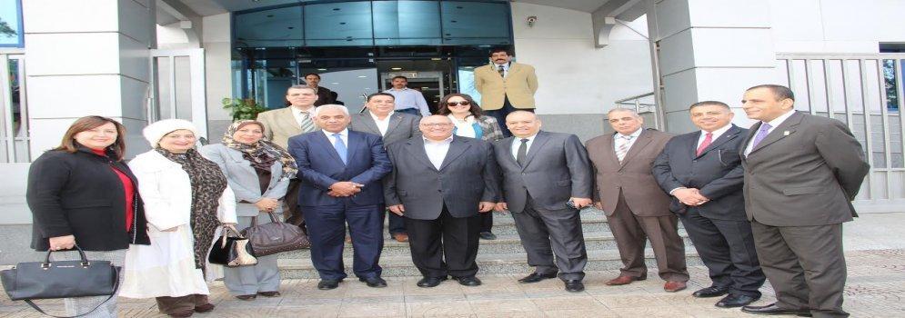 Ministre de l'enseignement supérieur et président de l'Université Ain Shams dans une visite aux victimes des policiers à l'Hôpital d'Agouza