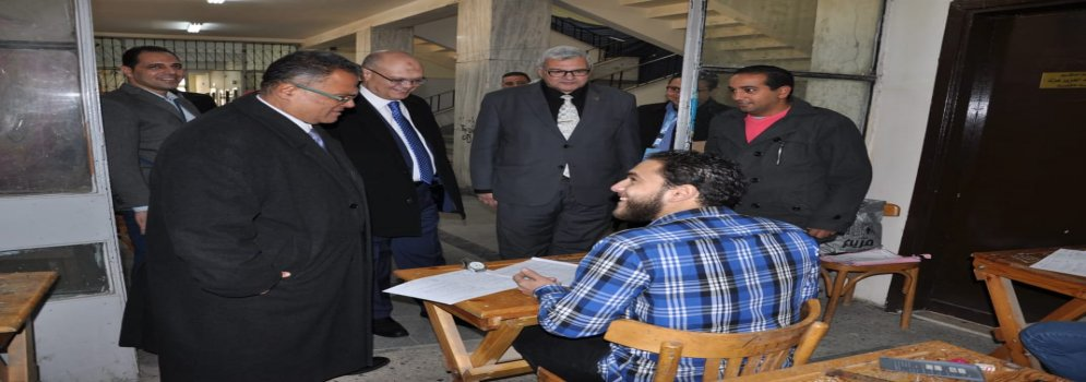 أ.د عبد الفتاح سعود يتفقد لجان الامتحانات بكلية التجارة ويولى اهتماماً للجان الطلاب ذوى القدرات الخاصة