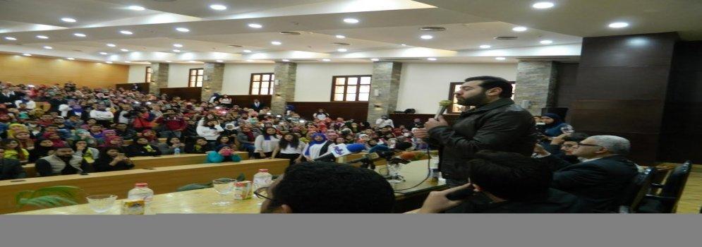استقبال حافل من طلاب تجارة عين شمس للفنان عمرو يوسف